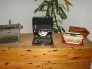 Drei alte antike Schreibmaschinen
