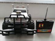 Silberfarbender Jeep mit Funkfernsteuerung