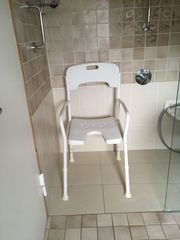 Duschstuhl Toilettensitzerhöhung Gehstöcke