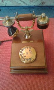 Altes Holztelefon mit