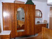 Antiquarischer Schlafzimmerschrank mit