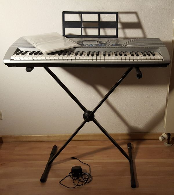 Keybord mit Ständer - Nürnberg Wöhrd - Biete ein ziemlich neues Keyboard an, was nur ca. 5 x gespielt wurde. Es sind ein Notenbuch - auch mit Zahlen und ein Ständer mit dabei. Bevorzugt Selbstabholer. - Nürnberg Wöhrd