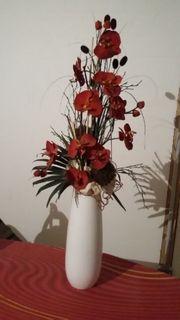 Moderne Dekovase mit Blumen künstlich