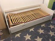 Bett aus Holz in weiss