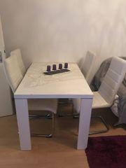 Moderner Tisch mit