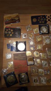 Über 100 Gedenkmünzen