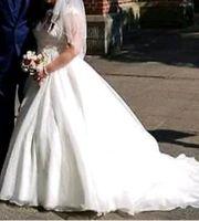 Brautkleid mit Schleier und Reifrock