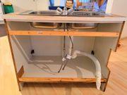Spülenunterschrank mit Doppelspüle und Wasserhahn