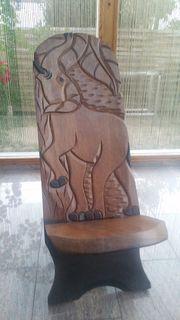 Von Hand geschnitzter afrikanischer Holzstuhl