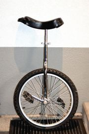 Einrad mit schwarzem Sattel