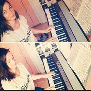 Studentin erteilt Klavierunterricht