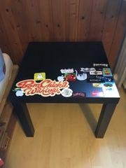 Tisch mit Aufklebern