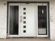 Haustür mit zwei feststehenden Seitenteilen