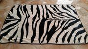 Flauschige Decke in Zebra Optik