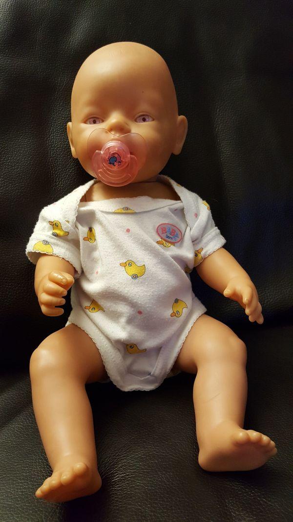 Baby Born mit blauen Augen - #Baby Born für Weihnachten - Weissach Flacht - Wir verkaufen unsere gut erhaltene Baby Born. SIe hat am Hals einen kleinen riss (siehe Bild) - der Kopf sitzt dennoch bombenfest! Ansonsten ist sie aber völlig in Ordung. Die Baby Born hat helle - fast rosa Augen.Das perfekte Geschenk  - Weissach Flacht