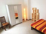 Möbliertes Zimmer mit Bad in