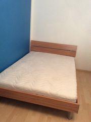 Bett mit Rahmen,