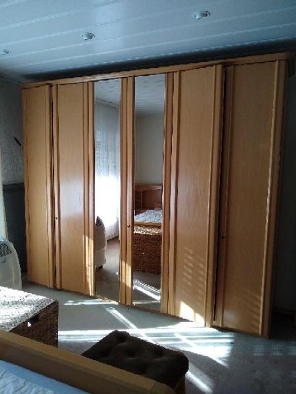 Schlafzimmer mit Doppelbett und 2 großen Kleiderschränken in ...
