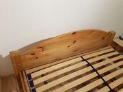 Holzbett aus Massivholz