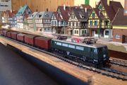 E-Lok mit klassischem Güterzug Spur