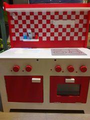 Kinderküche aus Holz mit viel