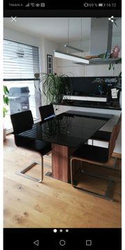 Tisch mit 4 Schwingstühlen
