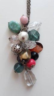 Halskette mit bunten Glassteine und