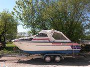 Kleines Motorkajütboot mit Harbeck Anhänger