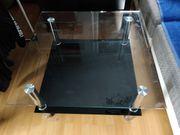 Schöner Glastisch mit schwarzer Unterablage -