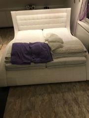 Bett in weis
