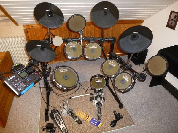 Alesis DM 10 Studio E-Drum Kit - Arnsberg Niedereimer - Alesis DM 10 Studio E-Drum Kit (mit Meshheads und Zubehör)Alesis E-Drum-Set mit Zubehör, sehr gute akustische und elektronische Sounds, auf Meshheads umgebaut, daher deutlich verbessertes Spielgefühl bei geringerer Anschlaglautst - Arnsberg Niedereimer