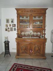 Antiquitäten-Schrank zu