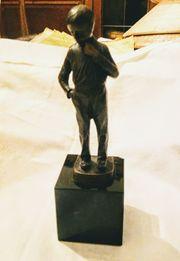 Bronzefigur auf Marmorsockel